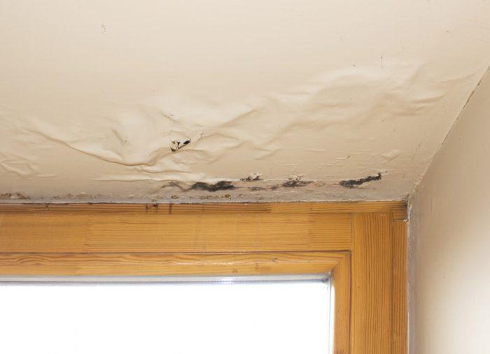 Nieszczelne okna – częsta przyczyna problemów z wilgocią