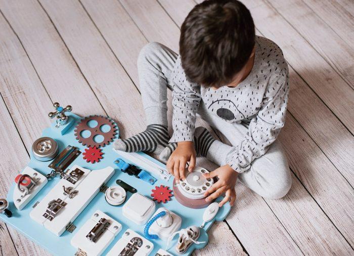 Pomysły na zabawy sensoryczne w czasie wakacji