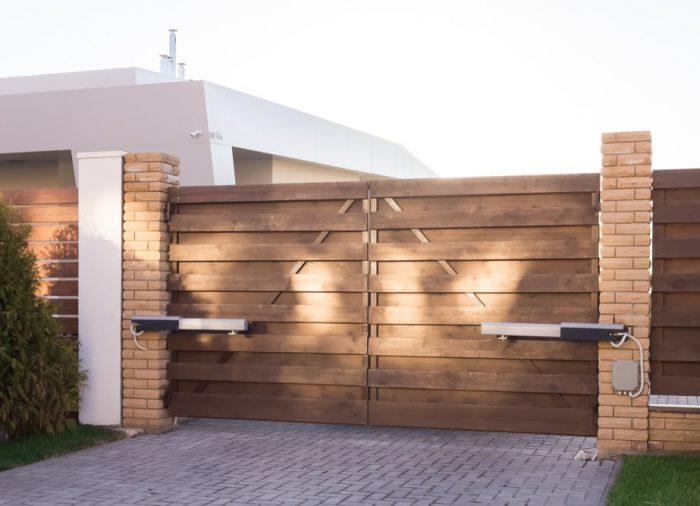 Bramy ogrodzeniowe dwuskrzydłowe – wady i zalety rozwiązania