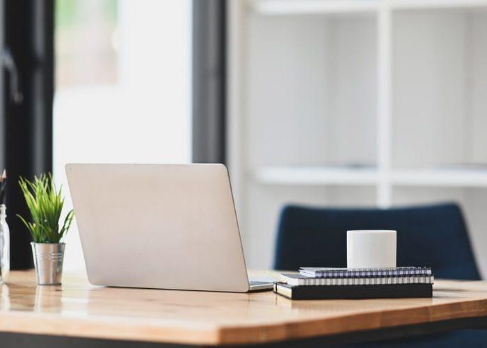 Jak zachować porządek na biurku? Niezbędne akcesoria