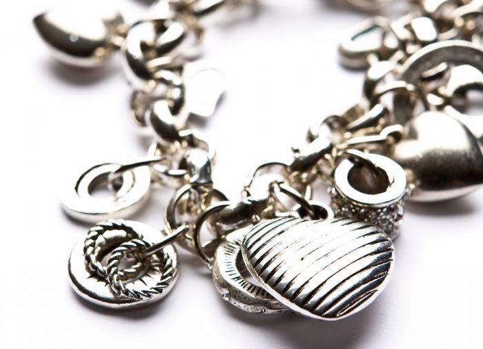 Autorska biżuteria srebrna – idealna propozycja dla koneserów wyrafinowanej elegancji