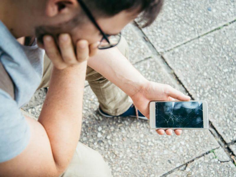 Czy uszkodzony telefon opłaca się jeszcze naprawić?